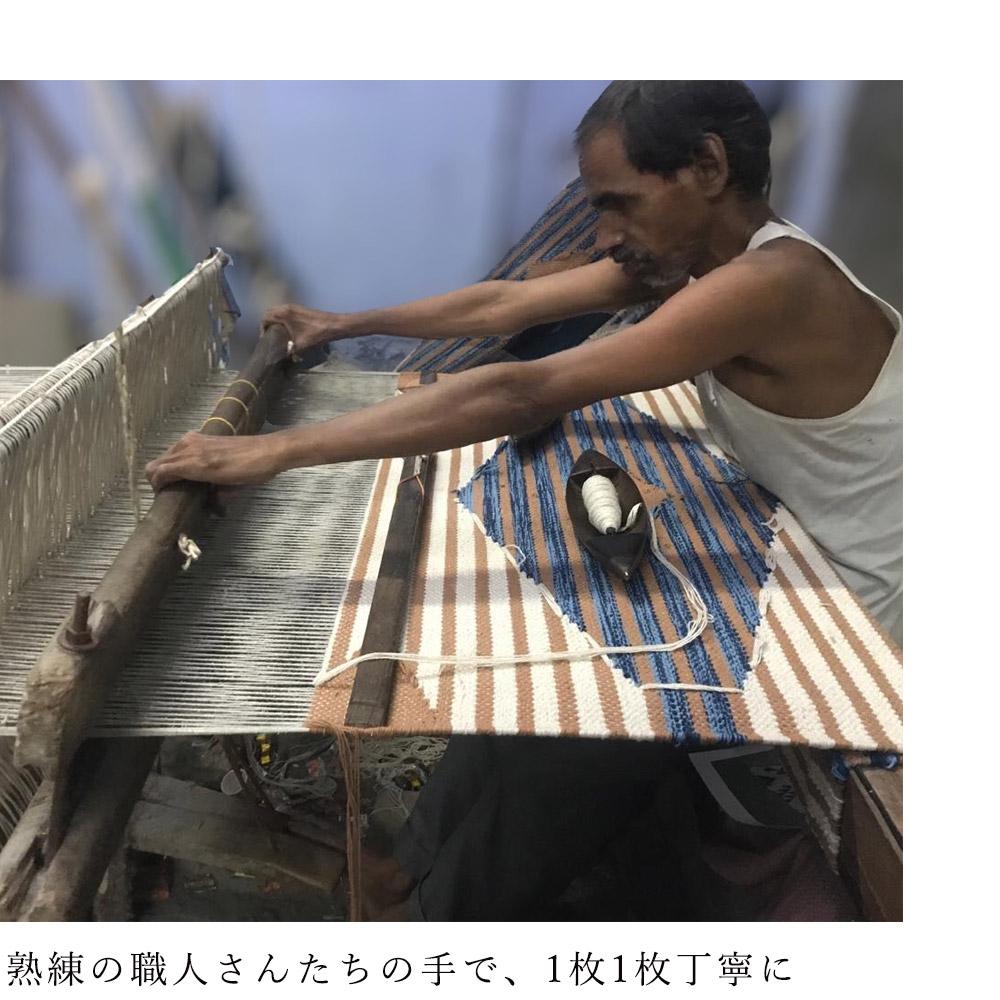 機械織ラグとは違い、柔らかな風合いは手織りならではの特徴。同じ柄でも、ひとつひとつ異なる表情に仕上がるのも手織りならではの魅力です。