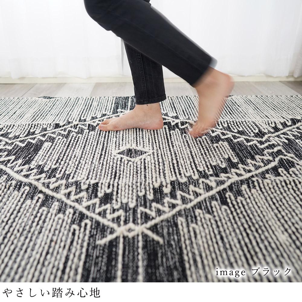 太めの糸を使っているため、織り目の凹凸に立体感が生まれウールならではの心地よく、やさしい踏み心地。