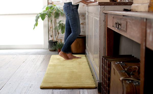 <span>キッチンマット特集</span>長時間の立ち仕事を楽しくしてくれる、足にやさしいマットたち